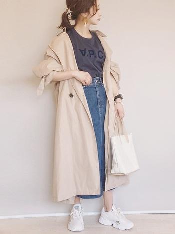 春アウターにトレンチコートを選べば、カジュアルなデニムスカートを格上げできます。手首や足首を程よく見せて抜け感をプラスするのが◎。