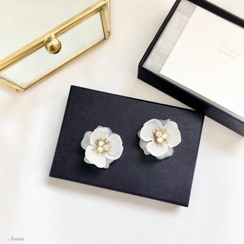 すりガラス風のフラワービジューで作られたピアス・イヤリングです。白いお花の中心にゴールドパーツとキラキラビジューがあしらわれ、清楚でありながらエレガントな雰囲気。デイリー使いはもちろん、セレモニーやお呼ばれなどのアクセサリーにもぴったりです。