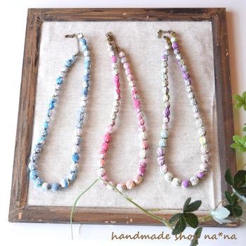 リバティの小花柄のタナローン生地を使用したハンドメイドの布球ネックレス。全長約44cmと少し長めなので、ロングカットソーやワンピースにおすすめです。コーデの主役にもなってくれる華やか魅力的。