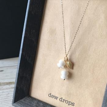 ぷっくりと可憐に花咲くすずらんモチーフのネックレスは、白蝶貝で作られた優しい乳白色。花のひとつにメタルリーフがあしらわれ、ゆらゆらゆれる姿が胸元のアクセントになってくれます。