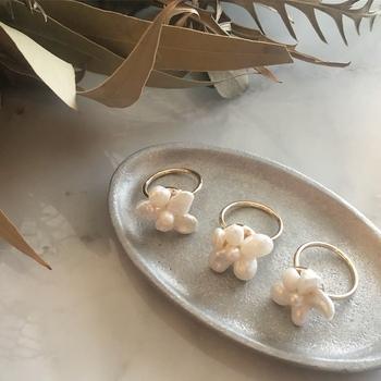淡水パールをくっつけてお花の形にした指輪。シンプルですが存在感があり、天然の淡水パールなのでひとつひとつ形が違うのも魅力。普段使いから特別な日まで、活躍の幅が広いのも嬉しいポイントです。