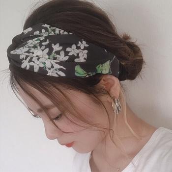 リバティのタナローン生地で制作したヘアターバンです。シルクのような質感に、ブラック×ホワイトの花柄が大人っぽい印象。花柄を大人っぽく取り入れたい方におすすめです。