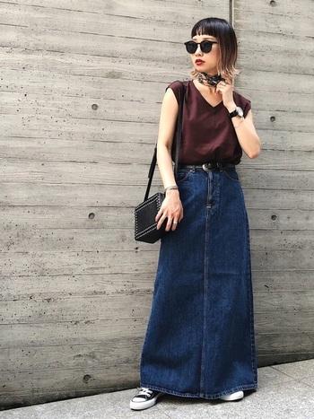 フレアシルエットのデニムスカートは、コンパクトなトップスをウエストインしてバランスよく脚長見せに。シックなカラーでまとめているので、大人っぽく落ち着いた雰囲気ですね。小物の黒が効いています。