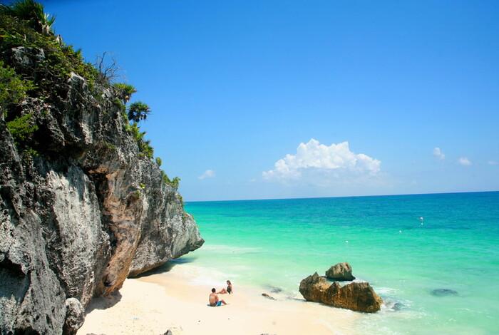 「トゥルム遺跡」はカリブ海に面した世界遺産で、カンクンから約1時間半~2時間で到着。マヤ文明の後期に、城塞として繁栄していた地です。海側には2つの神殿が佇んでおり、カリブ海のブルーと白い砂と神殿のコントラストは最高♪遺跡からビーチエリアに降りることもできるので、カリブの海を見て感じることができる人気スポット!