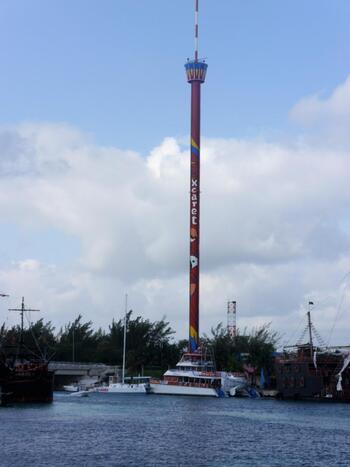 カンクン・ビーチのすぐ側に位置する「カンクン・タワー」。最高80mまで昇ることができ、高い場所からカンクンの街と美しいカリブ海やラブーンなど街を一望できる、最高のスポット!