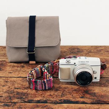 丈夫な帆布でできたカメラバッグです。コンパクトカメラから一眼レフまで収納することが可能です。