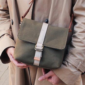 バッグインバッグですが、カメラのストラップを隙間から出せばショルダーバッグのように持ち運ぶことも可能です。
