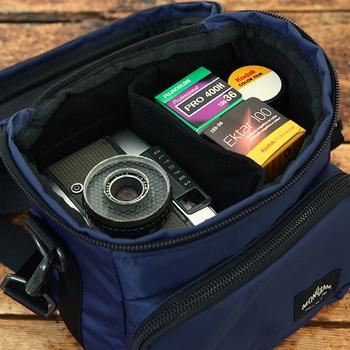 四角いバッグだから、カメラもスポンと入れやすそう。中にはクッション性のある仕切りもついているので安心です。