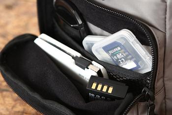 外ポケットにあはメッシュの仕切りが付いています。細かなアイテムもメッシュポケットなら迷子になりにくい。