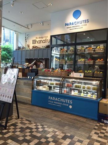 関西中心に展開する人気のフルーツ専門店「ハナフル」が手がけるコールドプレスジュース専門店が、新宿マルイ本館の1階にあります。関東エリアにはここだけなので、ぜひ立ち寄ってみませんか?