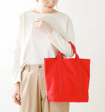 キャンバス地で出来たバッグはシンプルでカメラバッグらしくないデザインが素敵。手に持ったり、肘に掛けたりして丁度いいサイズです。