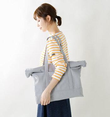 トートバッグはクルクルと折り畳んだ口が特徴的です。入れる物のボリュームに合わせて調整できます。