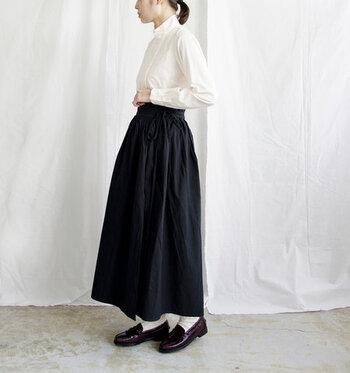 ウエストにギャザーを施したデザインで、程よくボリューム感のあるシルエットが魅力のラップスカートです。ウエスト幅が太めに作られているので、タックインスタイルとの相性も抜群♪