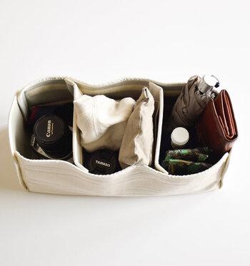 中は3つに仕切られるから、カメラ用品やお出かけグッズなどを用途別に仕分けて収納することが可能です。