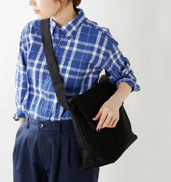 ショルダーバッグは肩掛けしても、斜め掛けしても使い勝手がいいサイズ感。重たいカメラなら、斜めに掛けられると楽ちんかも。