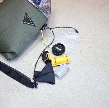 おまけで付属の袋が付いているので、レンズキャップなどの小物を入れてぶら下げるのも便利そうです。