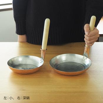 「銅製親子鍋」は2サイズあり、卵1個を使って作る、小さめのひとり分の親子丼にちょうど良いサイズの小と、卵2個くらいで作る、普通〜大きめの丼のひとり分にちょうど良い深鍋があります。
