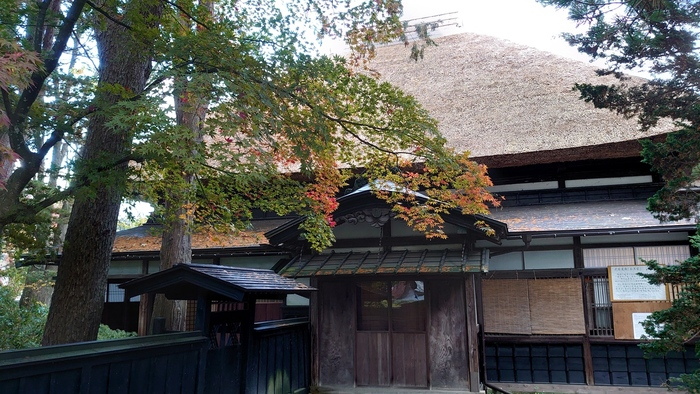 石黒家も青柳家と同じく、一般公開している武家屋敷。角館で唯一、直系の子孫が今も暮らしています。現役の家ながら、母屋も含めてその半分ほどを公開しています。