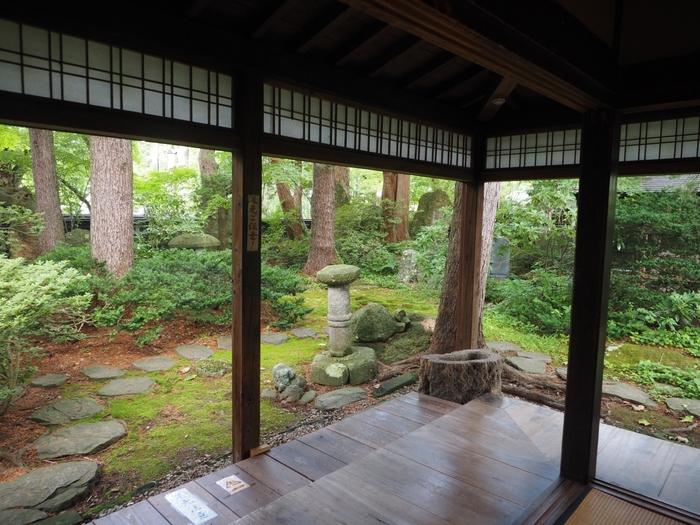 2面の障子を開け放した和室の向こうは、濃い緑があふれる庭。まるで絵画の世界に飛び込んだかのようにリラックス。秋の紅葉や冬の雪景色など、一つとして同じものはない風景がそこにあります。