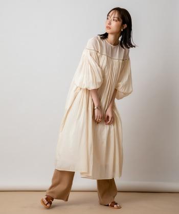 ふんわり袖のスモックワンピースは少女気分に浸れて、袖を通すのも楽しい一着です。 画像はこだわりのインド綿で仕立てた、軽やかな着心地の〈Audrey and John Wad〉のワンピース。一枚で着ても様になりますし、ニットのレギンスやパンツでゆるりと着るのも素敵です。