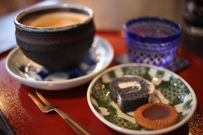 ねずねこのコーヒーはお菓子とセットで。一つ一つ違う味わい深い器も魅力的です。店内のアンティークも含め、目でも楽しめるアイテムが満載ですよ。クッキーは、秋田市にある人気洋菓子店「多恵&要蔵」の商品です。