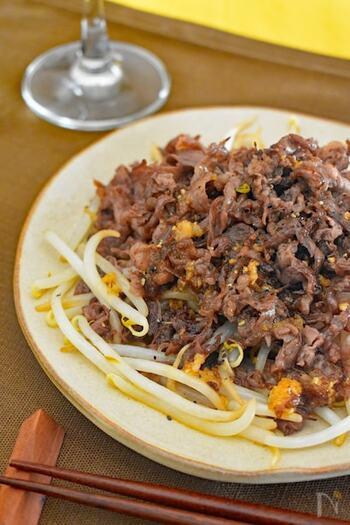 がっつりボリュームのあるものが食べたい時におすすめ!バターとにんにくのパンチが効いた味付けは、ご飯がどんどん進みます。牛肉ともやしを別々に炒めるのが、美味しく作るコツですよ。
