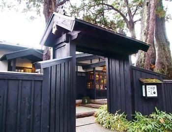 外町の一角にある田町武家屋敷通りに「田町武家屋敷ホテル」はあります。ここも武家屋敷なのかな?と思うような重厚な門構え。角館駅から歩いて10分ほどでアクセスでき、武家屋敷へ散策に出かけるにもちょうどよい場所です。