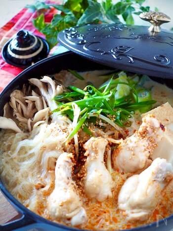 ラー油の辛味と豆乳のまろやかさで、味のバランスが良いお鍋です。鶏肉の出汁が溶け込んだスープが具材に絡んで、最後まで美味しく頂けます。