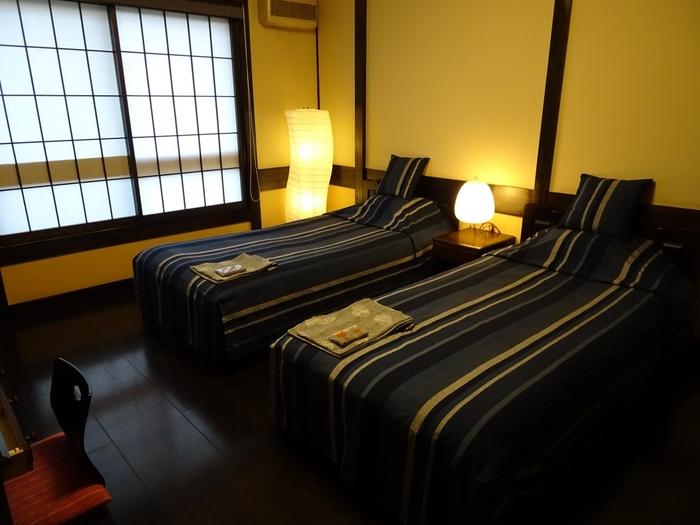 客室は洋室タイプ。シックなトーンに統一され、静寂を楽しむ穏やかな宿です。日々の疲れも忘れられそうですね。床暖房が入っているから、寒い季節でも安心です。