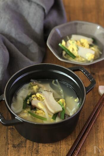 ごま油香る中華風のスープです。餃子の皮やエリンギ、ニラなど具材たっぷり。体が温まるので、寒い日にぴったりです。