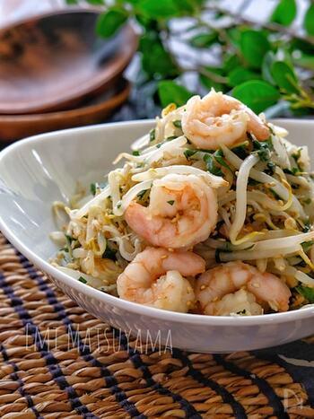 海老やしらすの旨味が効いたサラダです。紫蘇の香りが爽やかなアクセントになっています。ボリュームのあるサラダが欲しい時にぴったり。
