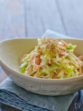 シンプルに素材の味を楽しめるサラダです。食卓に彩りが欲しい時など、ささっと作れて便利ですよ。