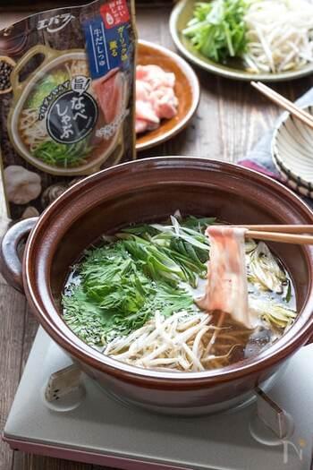 市販のつゆを使って手軽に作れるお鍋です。つゆに牛の旨味が溶け込んでいて、軽くしゃぶしゃぶするだけで野菜もお肉も美味しく頂けます。シメは豆乳と白ごまで味変♪