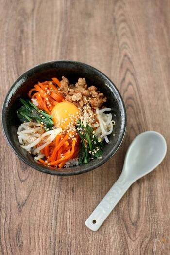 韓国料理の定番、ビビンバを手軽に作れるレシピです。焼肉のタレを使えば、味が簡単に決まりますよ。ご飯と具材をよくかき混ぜて召し上がれ!