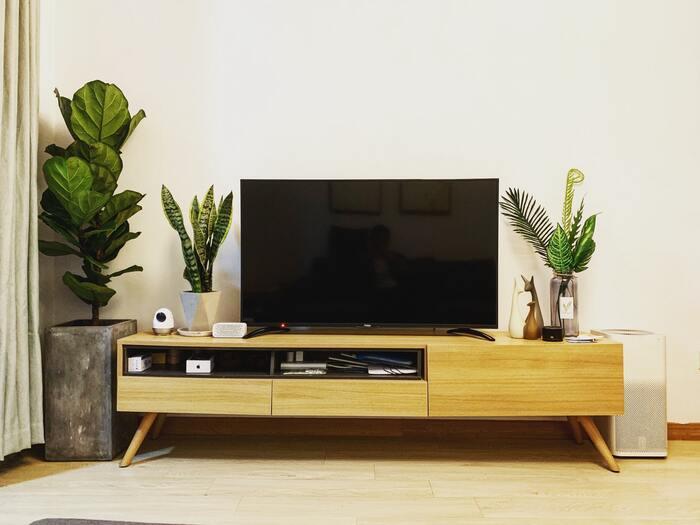 家具を選ぶ際に、脚付きにすることで掃除機がかけやすい部屋づくりに繋がります。 家具の裏に溜まるホコリを日々の掃除で取り除けるので、大掛かりな掃除をしなくてもキレイな状態をキープできます。  おまけに、脚付きにして床の見える面積を増やすと部屋が広々とした印象にもなって一石二鳥です◎