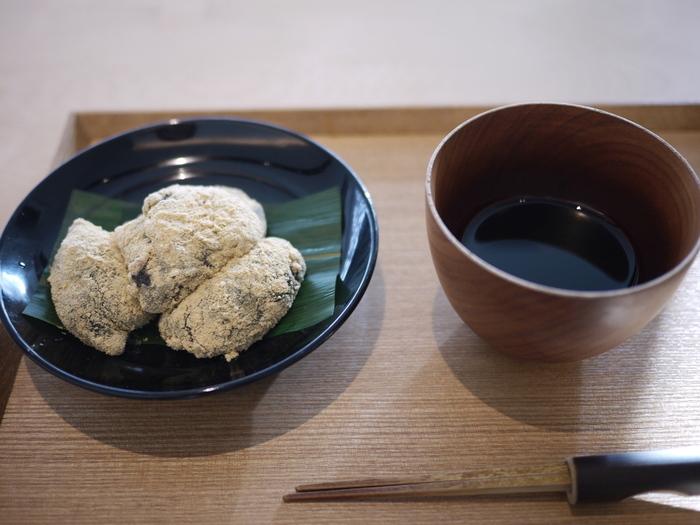 シンプルだけでど、黒蜜が添えられたわらび餅もおすすめ。本わらび粉を使ったわらび餅は、その香りも舌ざわりも絶品です。