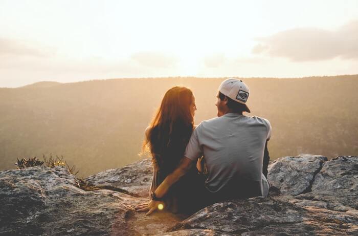 「なにかあった?もし私で良かったら話を聞くよ」 「辛かったんだね。よく頑張ったね」 「そんなあなたを私は誇りに思うよ」  恋愛がうまくいかない時は、そのことしか考えられなくなるものですよね。アドバイスをしたり、自分の体験談を話すのではなく、話を聞くことに徹して寄り添いましょう。