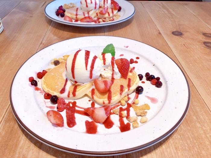 女の子ならだれもが喜びそうなビジュアルがかわいいパンケーキ。こちらは定番メニューの「いちごとミックスベリー」。お店こだわりのソースに、ごろっとした苺が食べ応えじゅうぶん。フルーツたっぷりなのがうれしいですね。