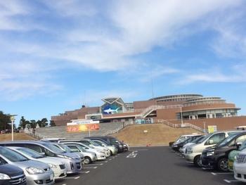 大洗水族館は、750台収容可能な一般駐車場があります。隣接して県営駐車場は1,000台収容可能で、通常時は「無料」で利用することができます。平常時は満車になる心配はありませんが、ゴールデンウィークは満車の可能性もあるので早めに来館しましょう。  ※夏季シーズンは大洗水族館の利用者だけではなく、海水浴やサーファー利用者が多いスポットともあり、県営駐車場は普通車1日800円の利用料金が発生します。