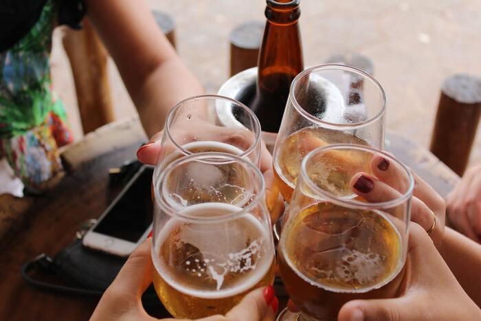 乾杯のときはみんなにグラスが⾏き渡っているか確認し、⾜りない⼈には素早く⽤意します。また、遠くの⼈と乾杯したいときは、⾃分から動くようにしましょう。乾杯で先輩や上司とグラスをあわせる場合は、すこし位置を低くして乾杯するよう気を付けると万全です。