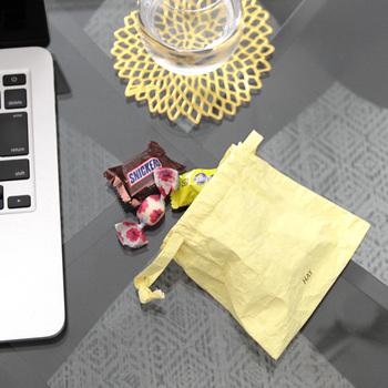エネルギー補給用に、ソフトキャンディやキャラメルといった、カロリーがやや高めの、個包装の小さなお菓子を。  チョコはシーズンによって溶けやすいので、マーブルチョコなど溶けないコーティングがされたものだと安心です。ドライフルーツなどもいいですね。  水分が確保できない場合のことを考えて、とてもパサパサしたものは優先順位を下げましょう。