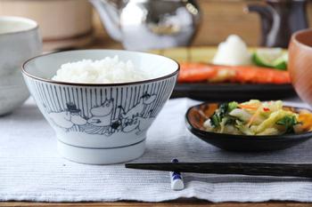 ムーミンの作家・トーベヤンソンの生誕100周年を記念して発売されたお茶碗。江戸時代に庶民の器として大量に生産されていた「くらわんか碗」をモチーフとした茶碗の中に、 ムーミンやその仲間達が忍び込みました。