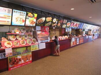 丼ぶりものから蕎麦、カレー、たこ焼きといった軽食に至るまで、12店舗のレストランが連なるフードコートでは、太平洋の景色を見ながら食事が楽しめます。