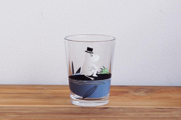 シンプルなフォルムに、どこかユーモラスなムーミンのキャラクターが描かれたガラスのタンブラー。持ちやすい細身のデザインで、お子さんの使用にも適しています。