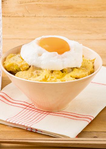 親子丼の上に、卵白のフワフワのメレンゲと、その中央に卵黄をのせた、 見た目にもキュートで食感も抜群の親子丼。卵白をメレンゲにする際に、タイミングを見計らって泡立てるのが、ポイントです。
