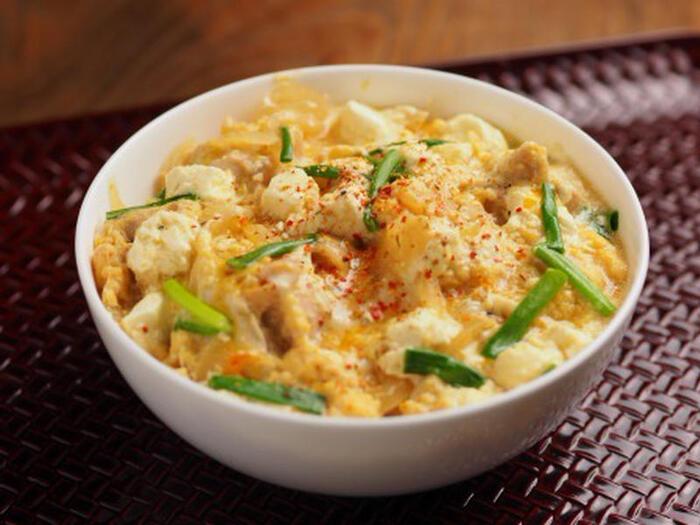 鶏もも肉とクリームチーズ、玉ねぎなどで作る親子丼。ふわふわの卵ととろりと溶けかけたクリームチーズがよく合う、食感も味も抜群の親子丼は子どもも喜びそう。