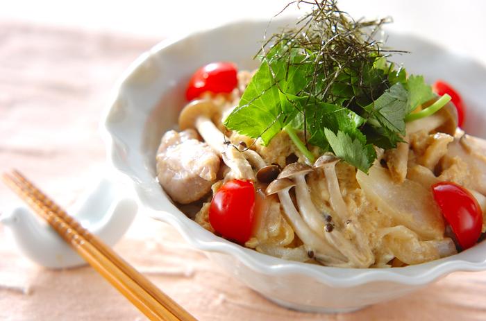 鶏もも肉、玉ねぎ、しめじ、卵などで作る「親子オムライス丼」。オムライス風なのに、だし汁や醤油で作る和風味で、飾りも刻んだ三つ葉と刻み海苔と、和風の趣が絶妙な、ご年配の方も喜んでくれそうなアレンジ親子丼です。