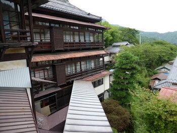 田沢温泉「ますや旅館」は、千曲川のスケッチの中で藤村が「眺望の好い温泉宿」と紹介した旅館です。夜には回廊に明かりが灯り幻想的な雰囲気に。映画「卓球温泉」の舞台にもなりました。