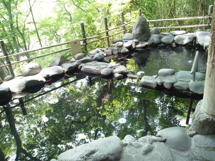 教え子と千曲川でよく水遊びをした藤村。その帰り道によく立ち寄ったのが「中棚荘」の温泉です。中棚地区の畑などがよく見えるお風呂。湯上りには畑を走り抜けた風にあたって湯冷まし。藤村もそうして仲間とお喋りを楽しんでいました。