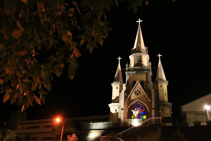 三浦町カトリック教会は、佐世保駅から徒歩で5分ほどの場所にあります。物語の中で、千太郎と律子が通った教会です。第二次世界大戦中には異教として弾圧され、空襲の目標になりにくいようにと黒く塗りつぶされた歴史があります。